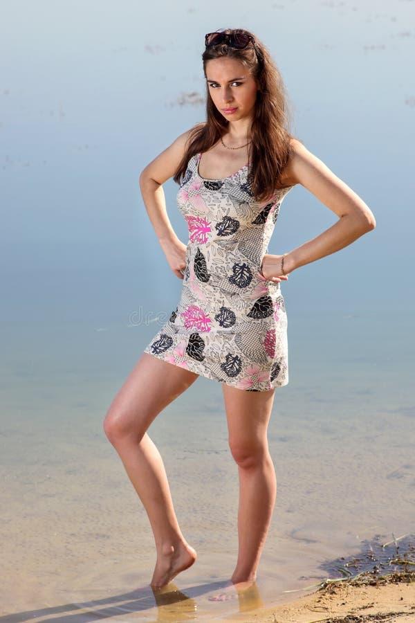 Привлекательная женщина в sundress стоковые изображения