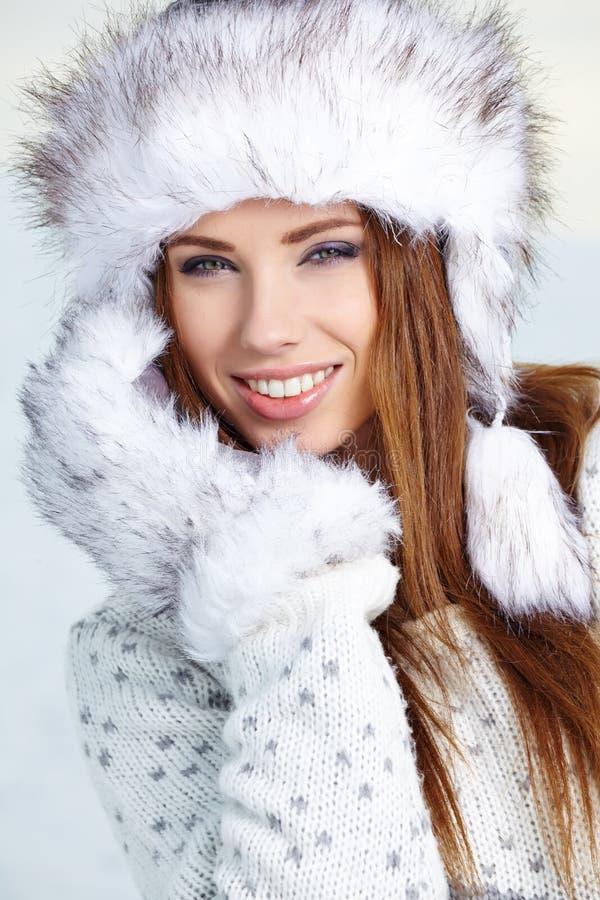 Привлекательная женщина в wintertime внешнем стоковая фотография rf