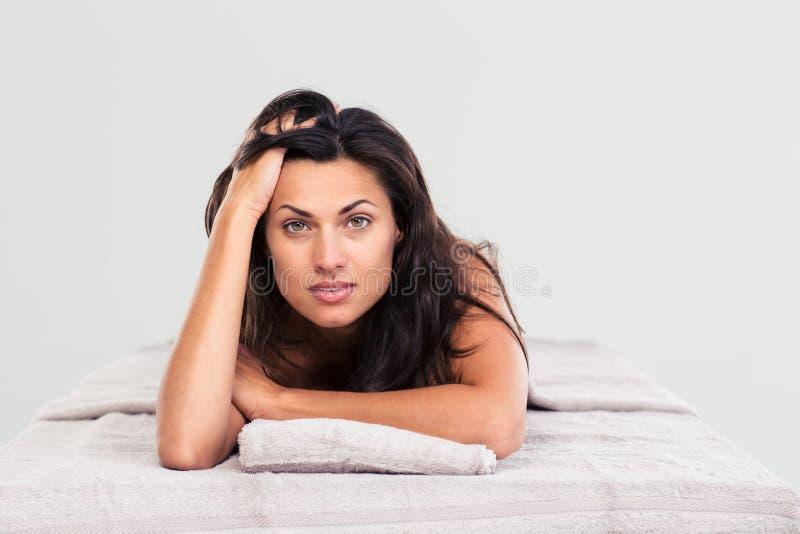 Привлекательная женщина лежа на lounger массажа стоковая фотография