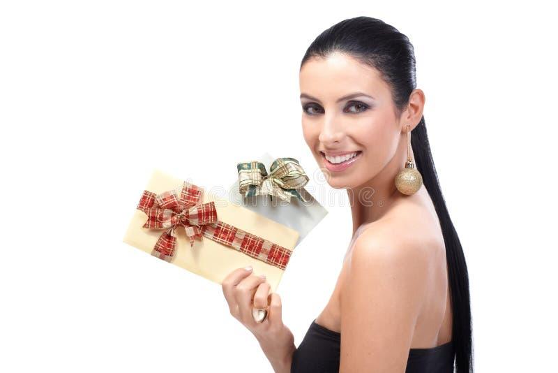 Привлекательная женщина держа причудливый усмехаться конвертов стоковые изображения rf