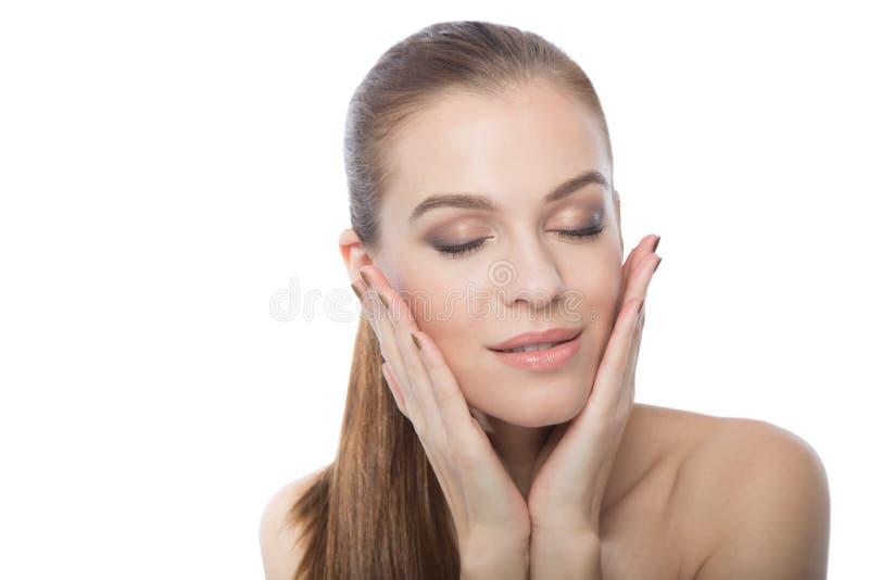 Привлекательная женщина касаясь ее стороне стоковое изображение