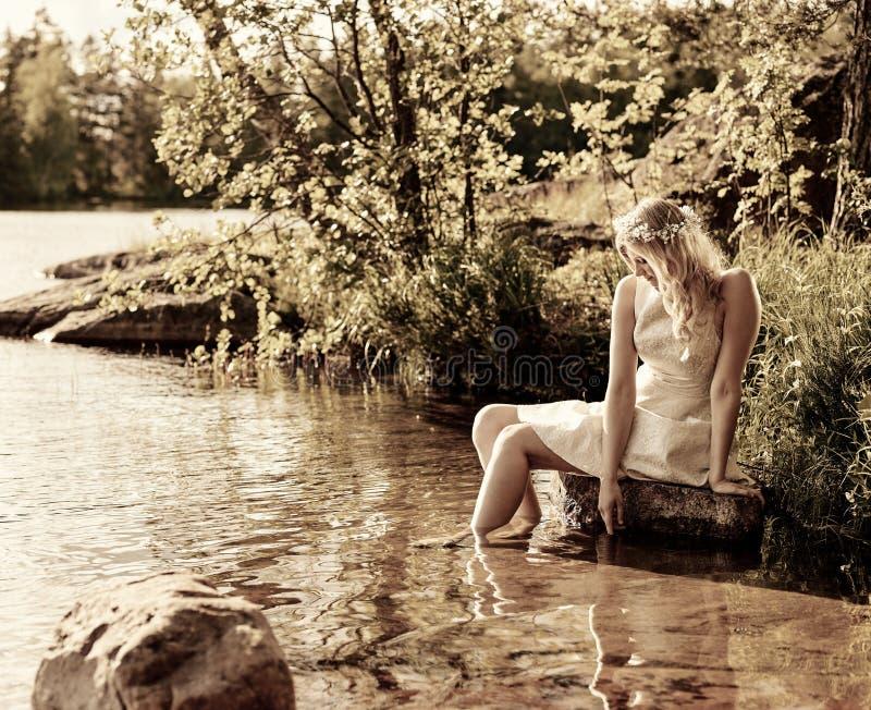 Привлекательная женщина на озере стоковая фотография