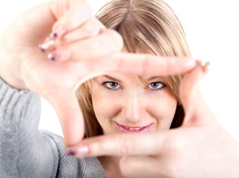 Привлекательная женщина обрамляя ее руки стоковые фотографии rf