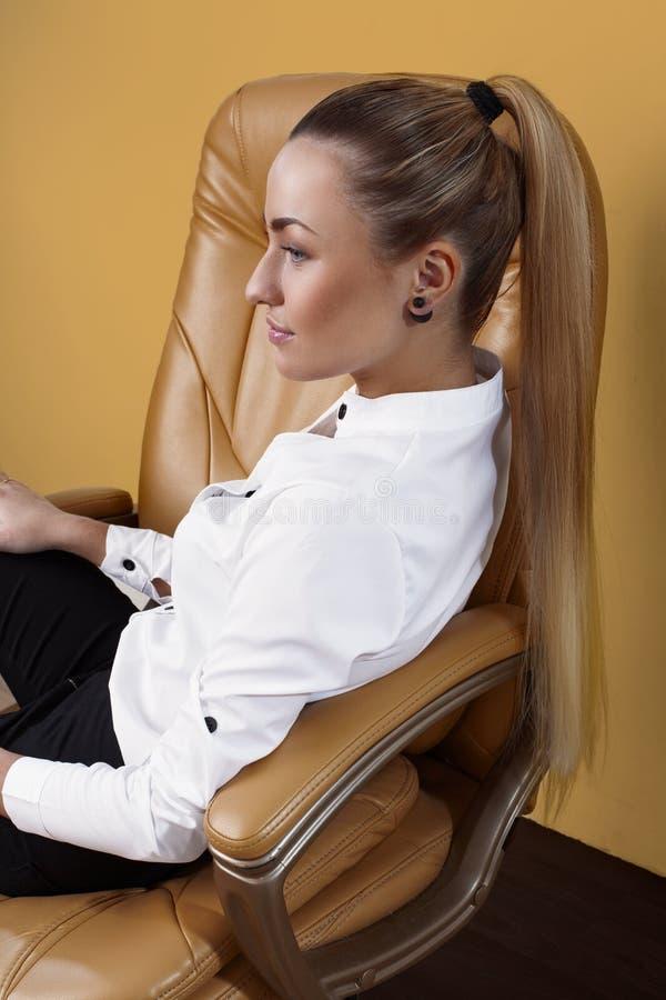Привлекательная женщина ослабляя в офисе стоковые фотографии rf