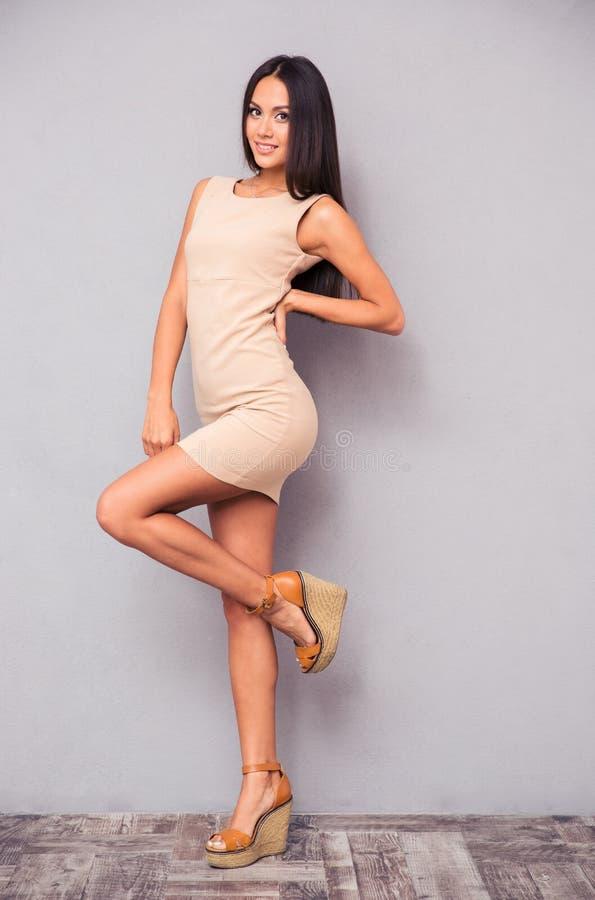Привлекательная женщина представляя в платье стоковые фото