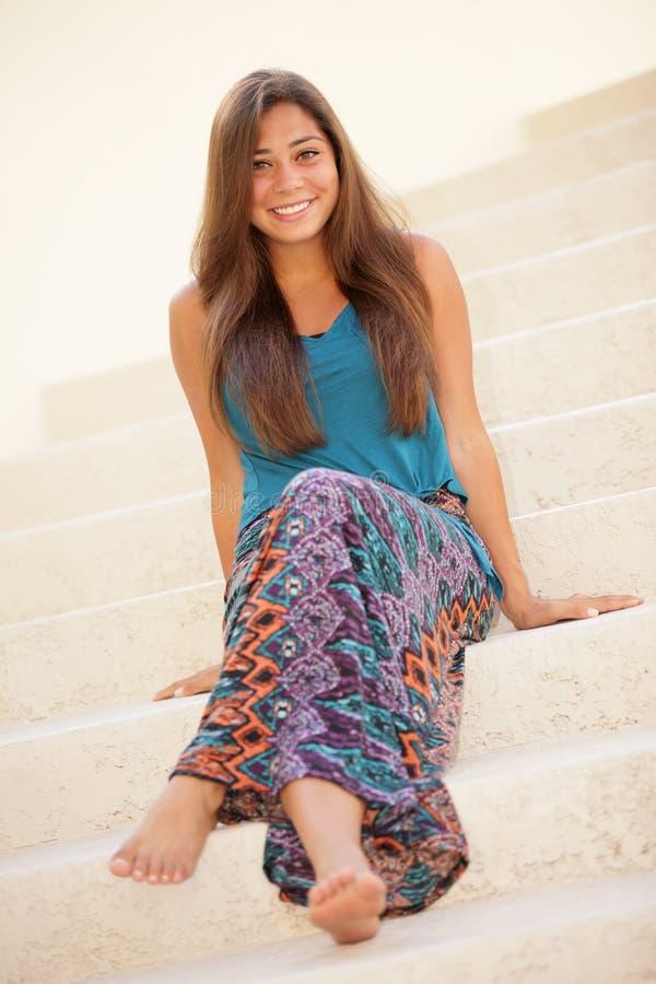 Привлекательная женщина сидя на лестнице стоковые изображения