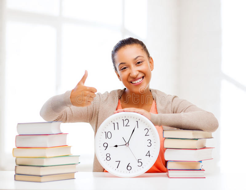 Привлекательная женщина с белыми часами стоковые фотографии rf