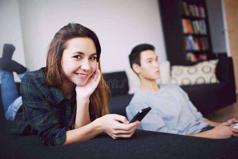 Download Привлекательная женщина с молодым человеком в предпосылке Стоковое Фото - изображение насчитывающей игра, красивейшее: 37925538