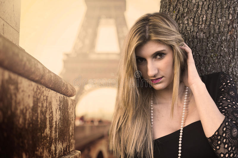 привлекательная женщина с чернотой drees стоковое изображение