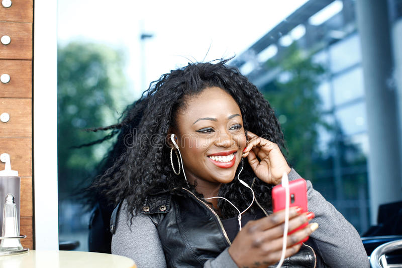 Привлекательная женщина с шикарным греет улыбку стоковое изображение