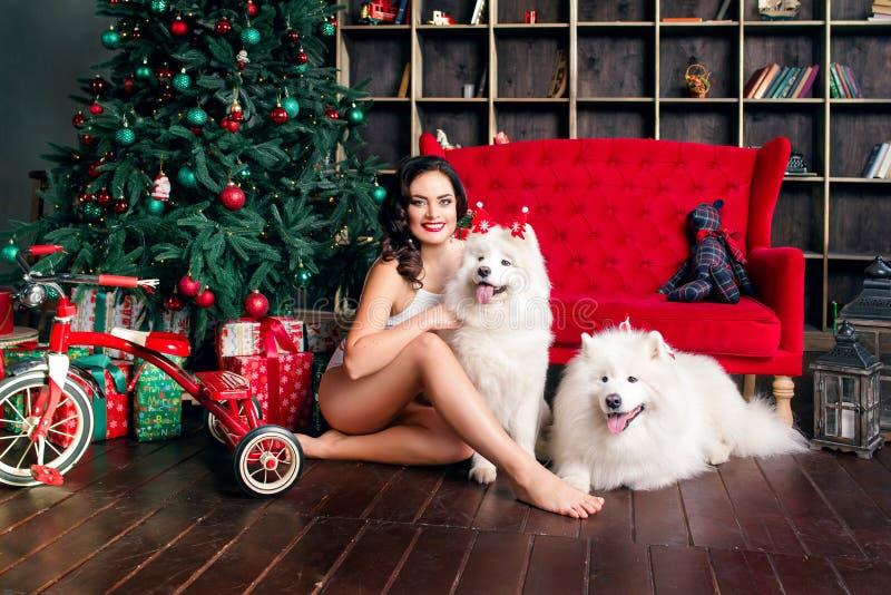 Привлекательная женщины рождественская елка почти стоковое изображение rf