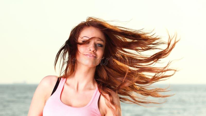 Привлекательная зима девушки в молодой женщине волос стоковые фотографии rf