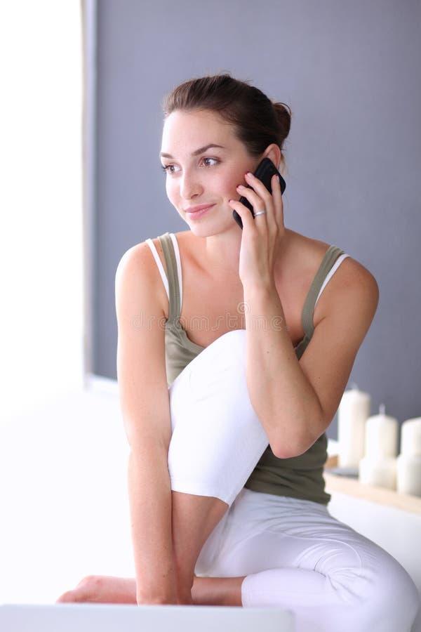 Привлекательная кавказская девушка сидя на поле с телефоном стоковые фотографии rf