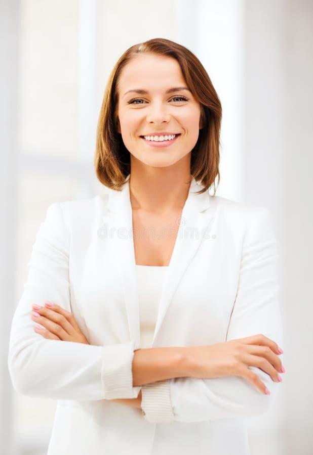Привлекательная коммерсантка в офисе стоковое фото