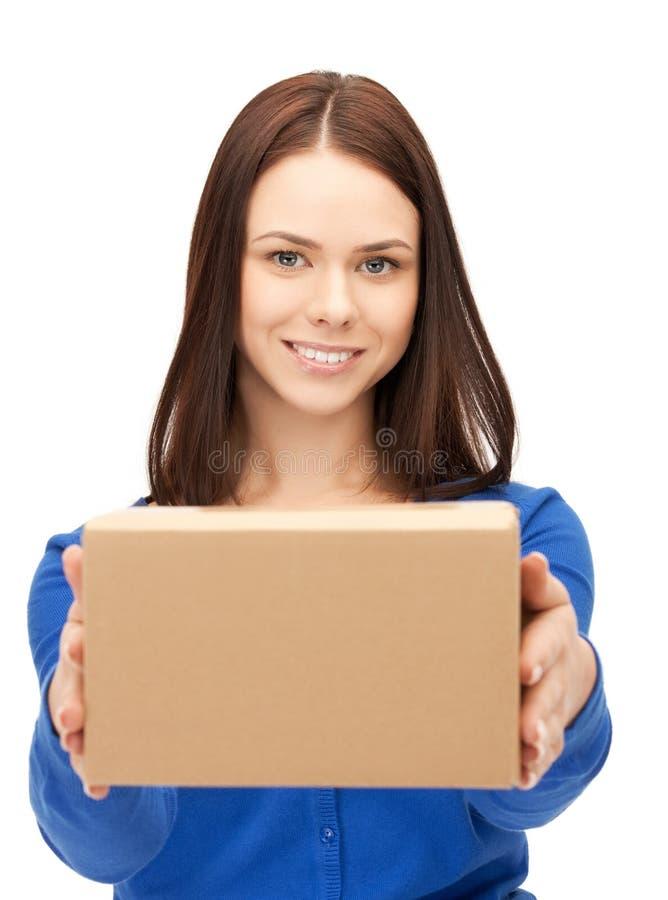 Привлекательная коммерсантка с картонной коробкой стоковая фотография