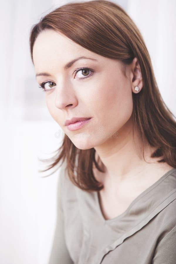 Привлекательная коричневая с волосами вскользь одетая женщина стоковые изображения rf