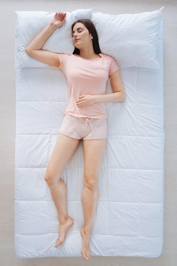 Привлекательная мирная женщина наслаждаясь ее сном стоковое фото rf