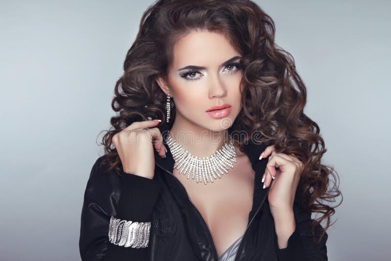 Привлекательная модель девушки брюнет с длинным дизайном волнистых волос, делает стоковая фотография rf