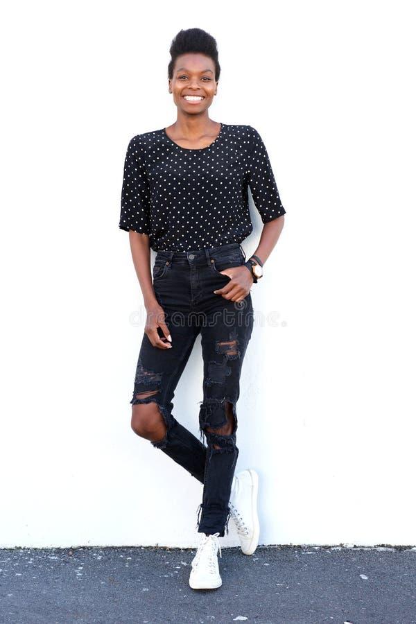 Привлекательная молодая африканская женская модель стоковая фотография