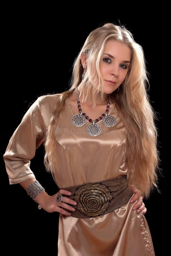 Привлекательная молодая блондинка в платье стоковое изображение