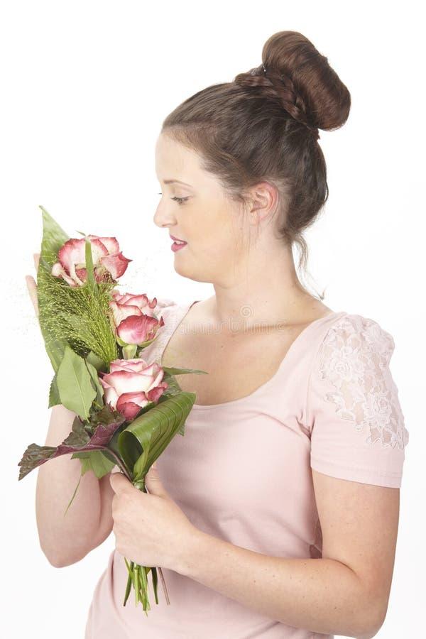 Привлекательная молодая женщина брюнет с букетом роз стоковое изображение