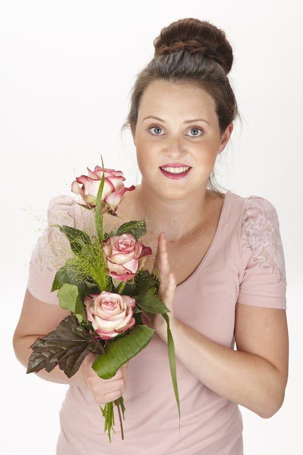 Привлекательная молодая женщина брюнет с букетом роз стоковые фотографии rf