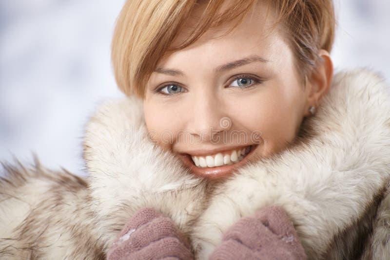 Привлекательная молодая женщина в меховой шыбе стоковая фотография