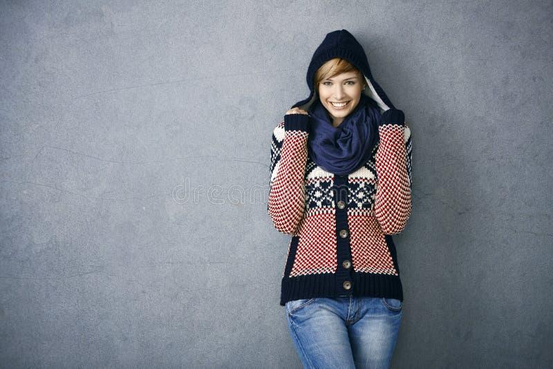 Привлекательная молодая женщина в нордическом свитере стоковое изображение