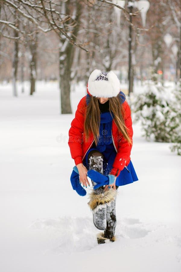 Привлекательная молодая женщина в wintertime внешнем Девушка в покрашенной одежде стоковые фотографии rf