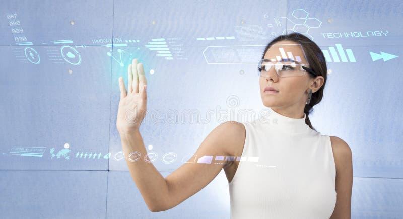 Привлекательная молодая женщина используя новые технологии стоковое фото