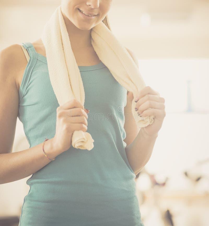 Привлекательная молодая женщина на спортзале стоковые фотографии rf