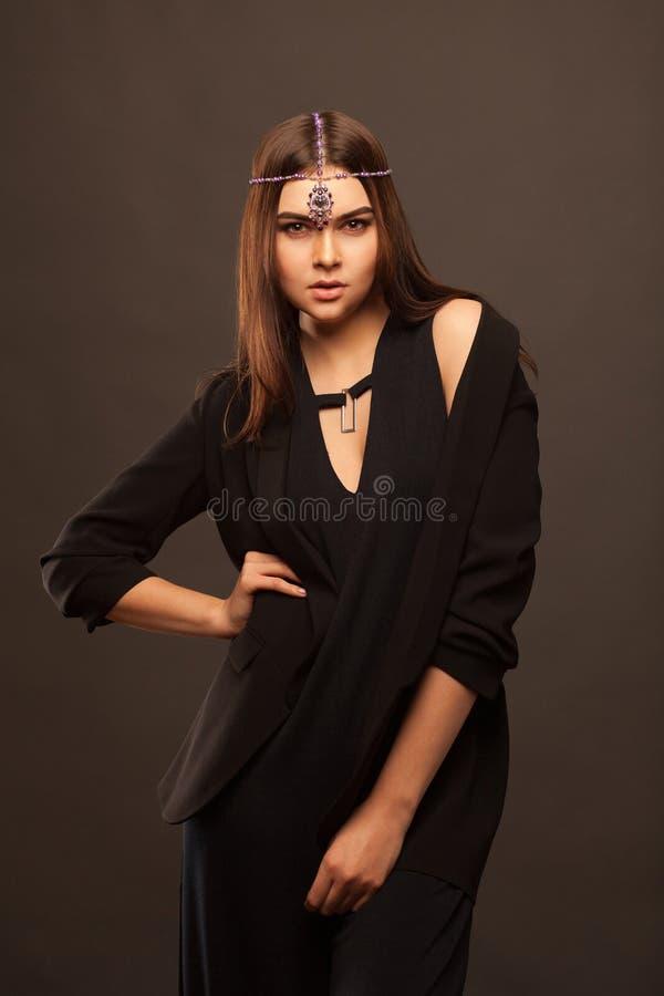Привлекательная молодая женщина нося красивое платье стоковое изображение rf