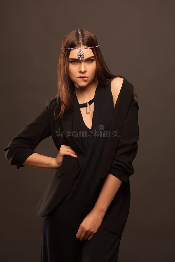 Привлекательная молодая женщина нося красивое платье стоковая фотография