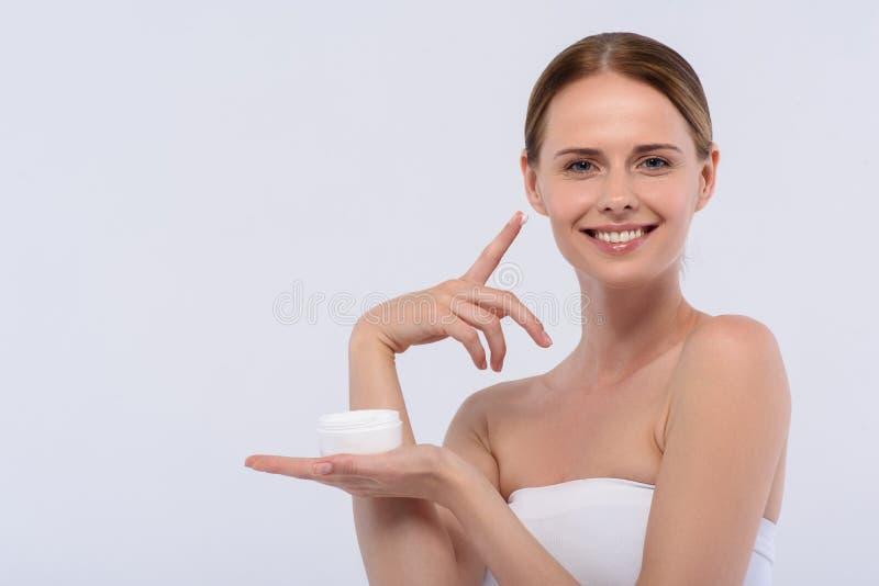 Привлекательная молодая женщина представляя в студии стоковое изображение rf