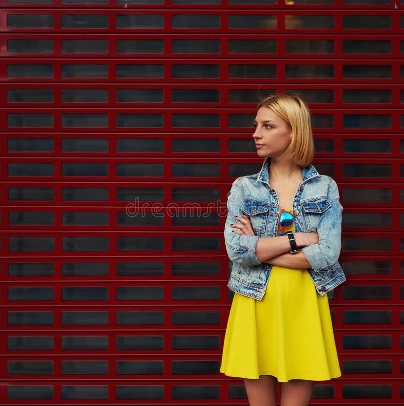 Привлекательная молодая женщина стоя на пустой предпосылке космоса экземпляра для ваших текстового сообщения или содержания стоковое фото