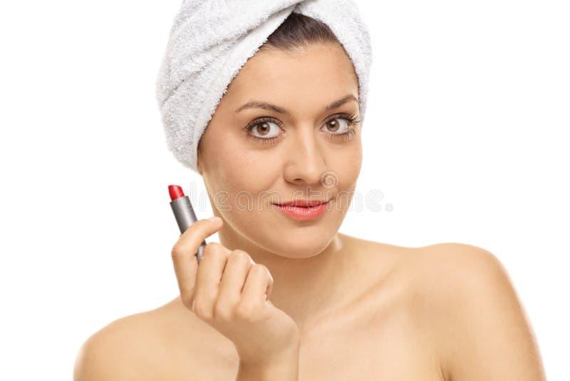 Привлекательная молодая женщина с губной помадой стоковая фотография rf