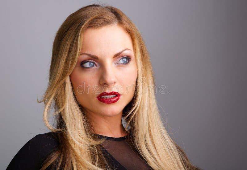 Привлекательная молодая женщина с красной губной помадой стоковая фотография rf