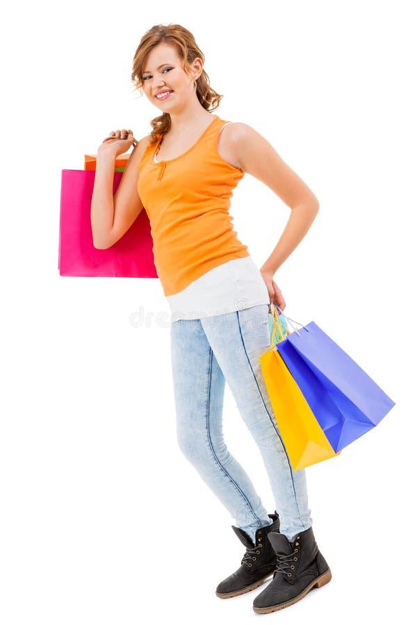 Привлекательная молодая женщина с красочными хозяйственными сумками стоковые фотографии rf