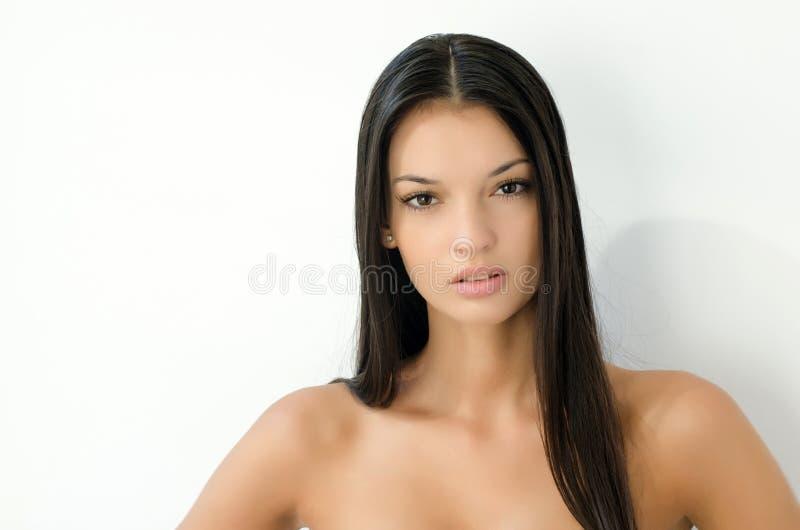 Привлекательная молодая счастливая женщина с длинными темными волосами стоковое изображение
