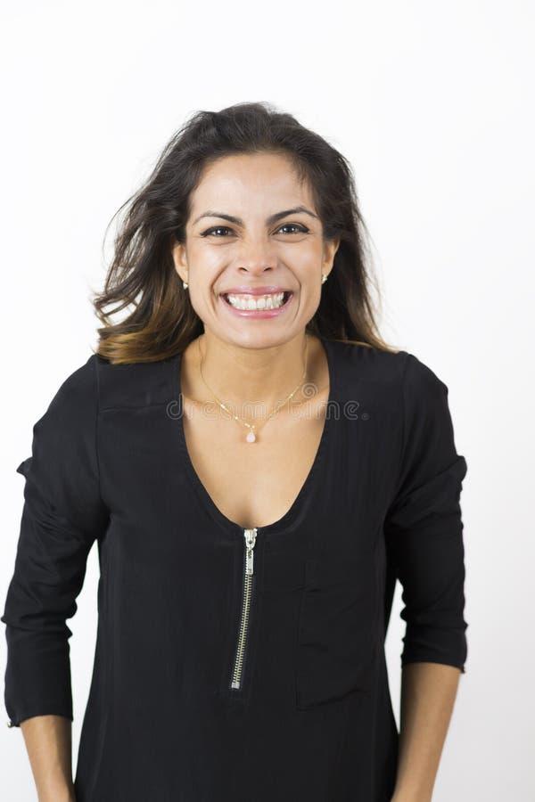 Привлекательная молодая счастливая женщина усмехаясь в студии стоковое изображение rf