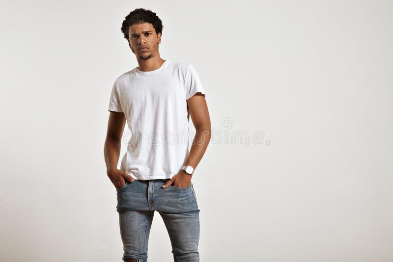Привлекательная мужская модель представляя пустую белую футболку стоковые изображения rf