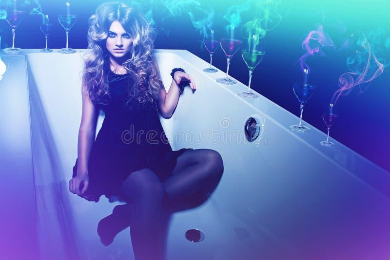 Привлекательная сексуальная женщина с стеклом и дым в ванне стоковая фотография rf