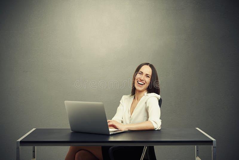 Привлекательная смеясь над деятельность женщины стоковое фото