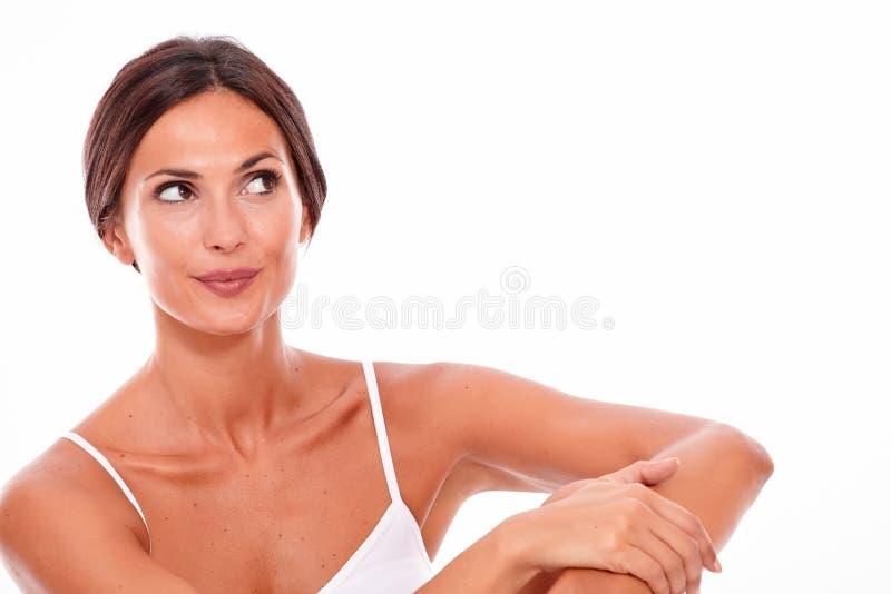 Привлекательная усмехаясь молодая женщина брюнет только стоковое фото