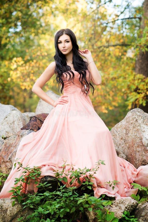 Привлекательная чувственная женщина в розовом платье Осень, падение стоковое фото