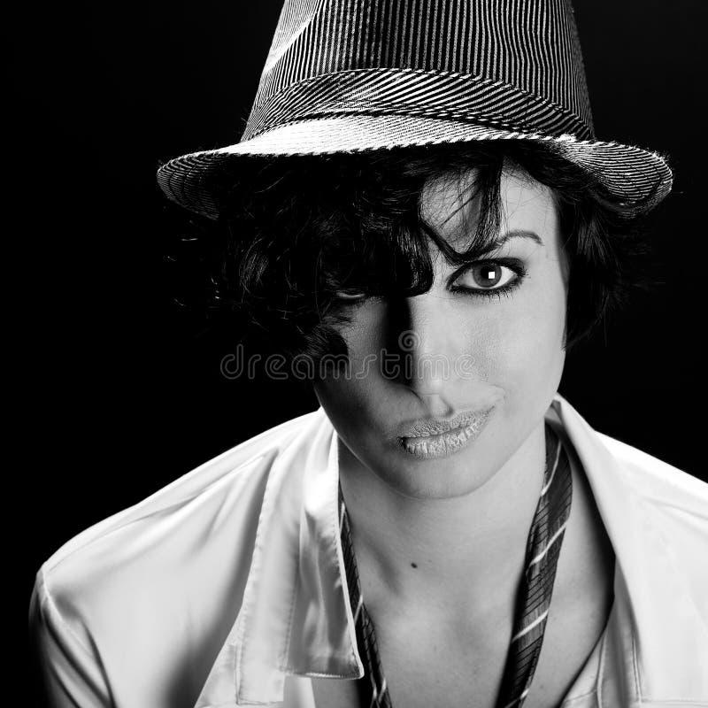 Download Привлекательная элегантная сексуальная женщина с шляпой - ретро стилем Стоковое Изображение - изображение насчитывающей молодо, студия: 40586505