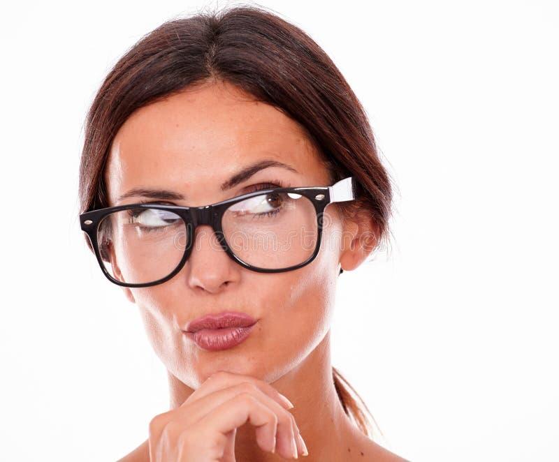 Привлекательная pouting женщина брюнет с стеклами стоковое фото rf