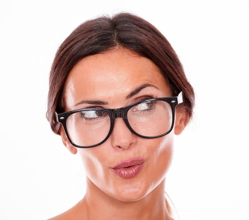 Привлекательная pouting женщина брюнет с стеклами стоковое изображение rf