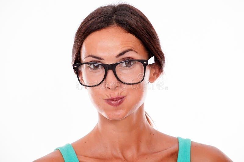 Привлекательная pouting женщина брюнет с стеклами стоковые фотографии rf
