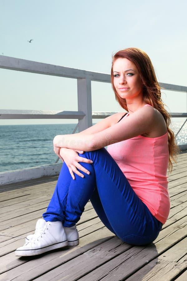 Привлекательное море пристани молодой женщины девушки стоковые фото